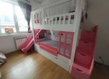 Детско двуетажно легло с пързалка от боядисан MDF и масив