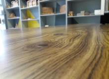 Дъбов плот за бюро с фрезовано лого, запълнено с епоксидна смола